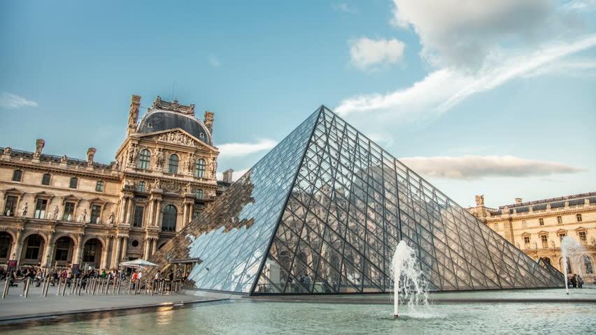 Louvre-Museum saat siang hari