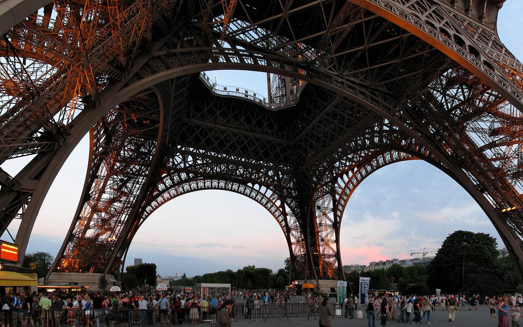 bawah Menara Eiffel