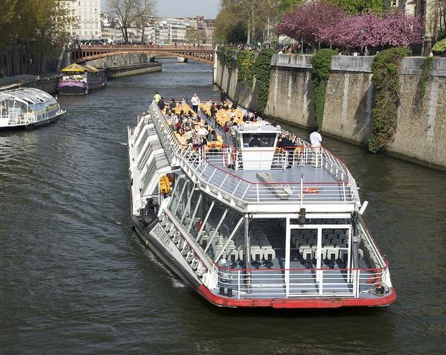 Kapal Wisata Sungai Seine