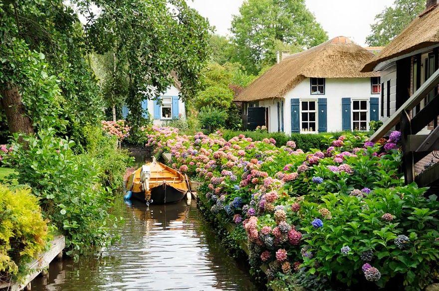 Giethoorn juga dihiasi oleh bunga-bunga yang indah seperti negeri dongeng