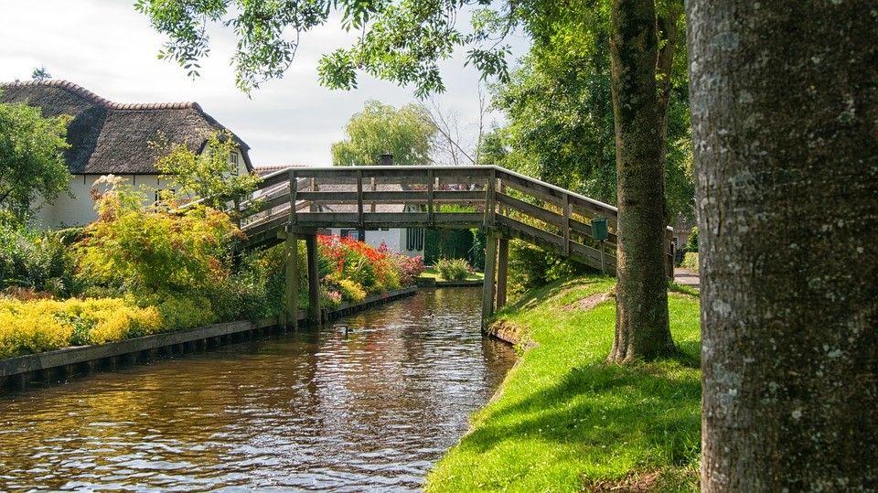 Selain perahu, juga bisa mengelilingi desa ini dengan berjalan kaki.