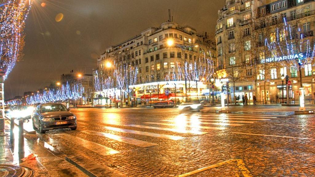 pertokoan Champs Elysees